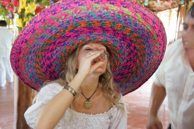 Принятие коктейля, ресторан-бар Halach Huinic, Мексика