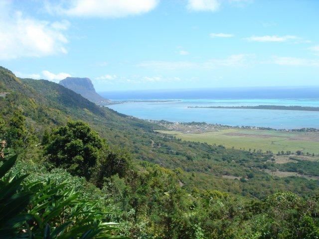 Вид на гору Ле Морне из ресторана Le Chamarel, Маврикий