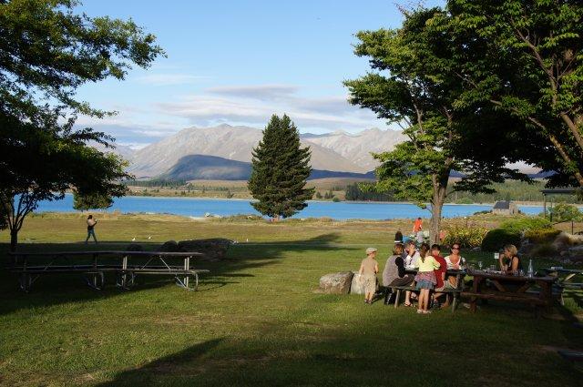 Семейный пикник на озере Текапо, Новая Зеландия