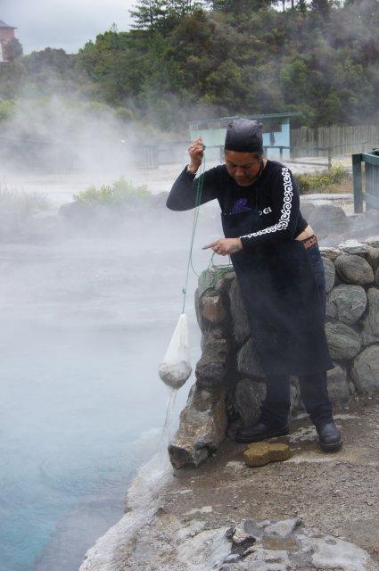 Приготовление пищи в деревне маори, Новая Зеландия