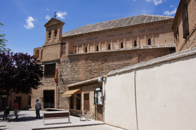 Бывшие синагога и мечеть. Сейчас - католическая церковь и музей евреев - сефардов