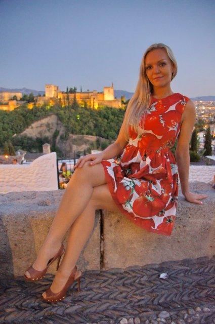 На фоне замка Альгамбра, Гранада, Испания