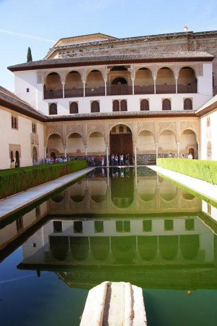 Внутренний дворик в Альгамбре, Гранада, Испания