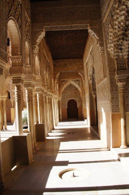 Помещение с богатым орнаментом в Альгамбре, Гранада, Испания