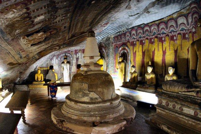 Золотой храм Дамбулла, высеченный в скале, Шри-Ланка