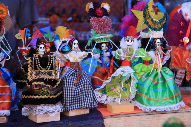 Фигурки женских скелетов, День Мертвых в Мексике