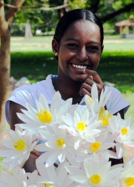 Продавец цветов около Храма Катарагама, Шри-Ланка
