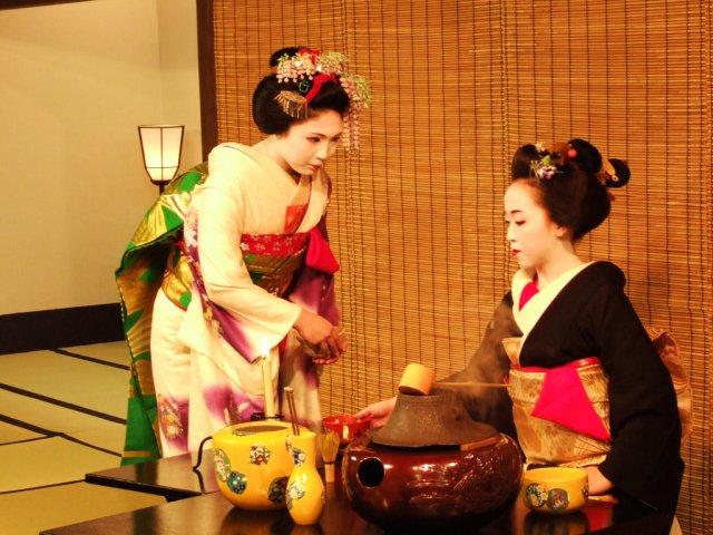Гейши на чайной церемонии