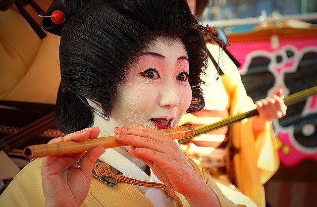 Гейша, играющая на музыкальном инструменте, Япония