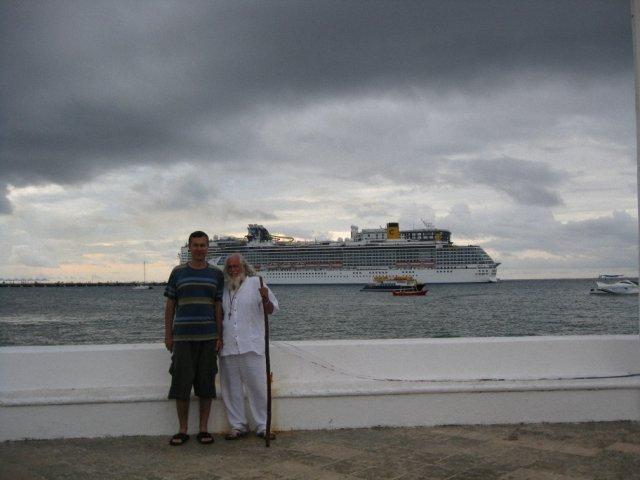 С местным гуру. На заднем плане большой круизный лайнер. о.Козумель, Мексика