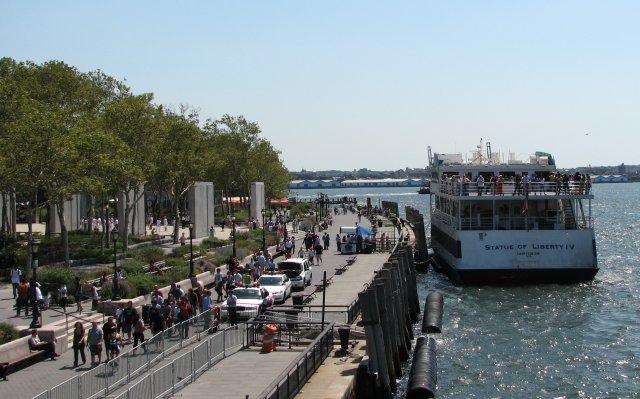 Паром отчаливает к острову Свободы, Нью-Йорк