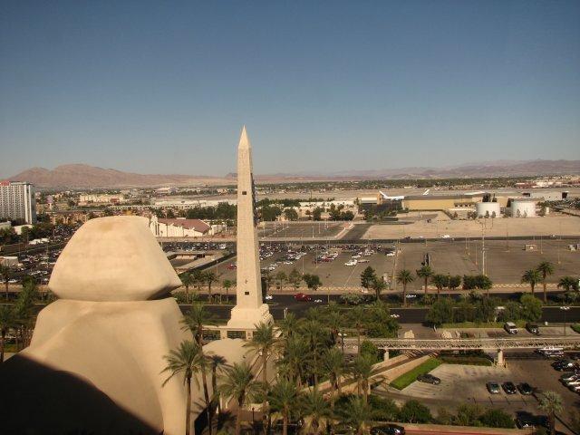 Вид из номера отеля Луксор, Лас-Вегас