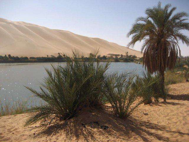 Озеро Габер Оун в оазисе Ливийской пустыни, Сахара