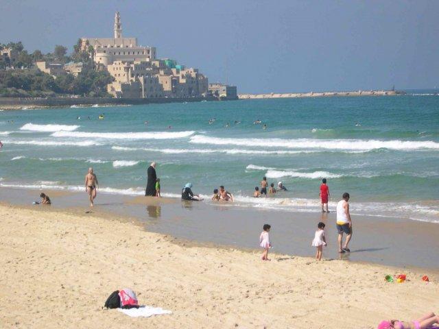 Мусульманская семья на пляже Средиземного моря, Израиль