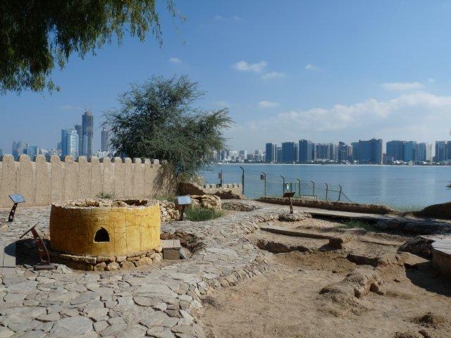 """""""Деревни исторического наследия"""" на фоне современных небоскребов Абу-Даби"""