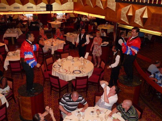 Официанты танцуют для гостей ресторана, Carnival Glory, круиз по Карибам