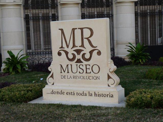 Перед входом в музей революции, Гавана