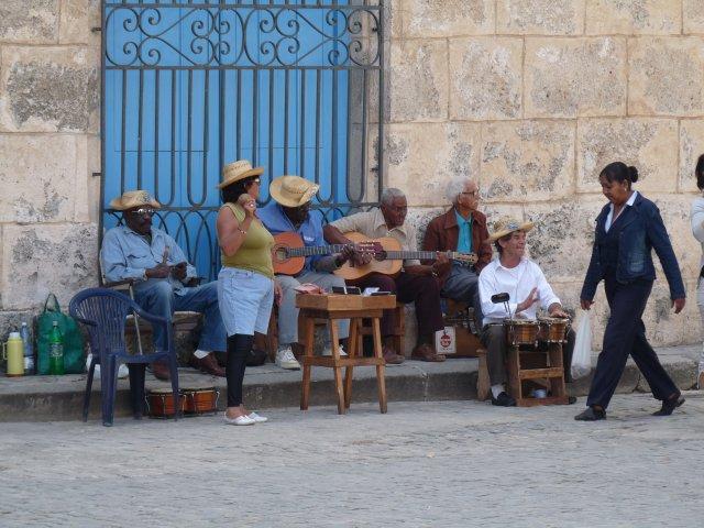 Кубинские музыканты на Кафедральной площади, Гавана