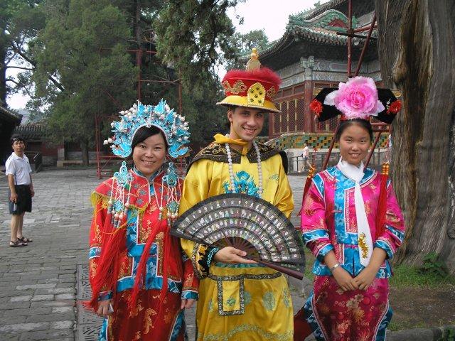 В национальных китайских костюмах