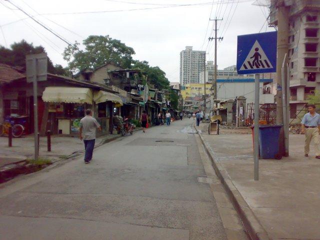 Улица, на которой находится наш отель (желтое здание в конце улицы), Шанхай