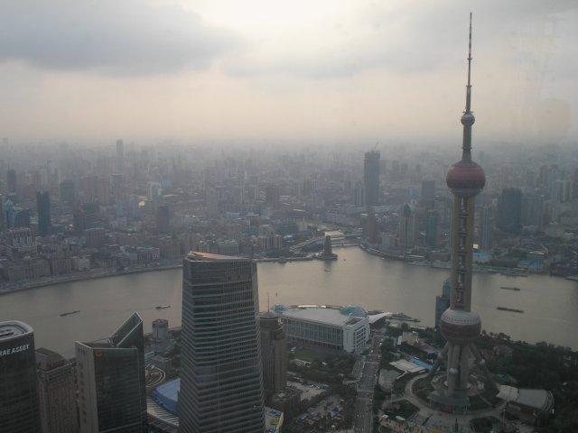 Телебашня Жемчужина Востока - вид со смотровой площадки башни Цзин Мао, Шанхай