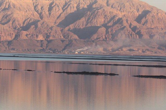 Вид на маленькую иорданскую деревню, Мертвое море, Израиль