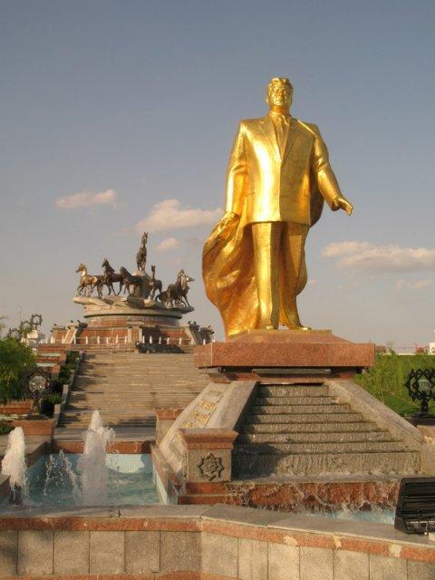 Золотая статуя Ниязова в центре Ашхабада, Туркменистан