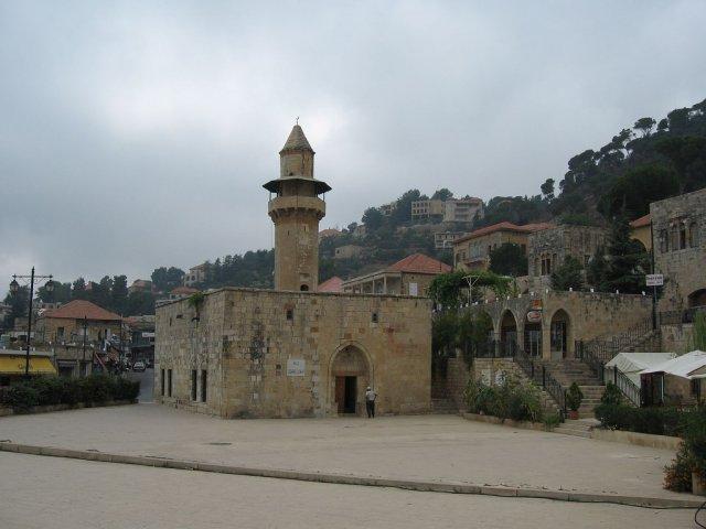 Старая мечеть в горах Ливана