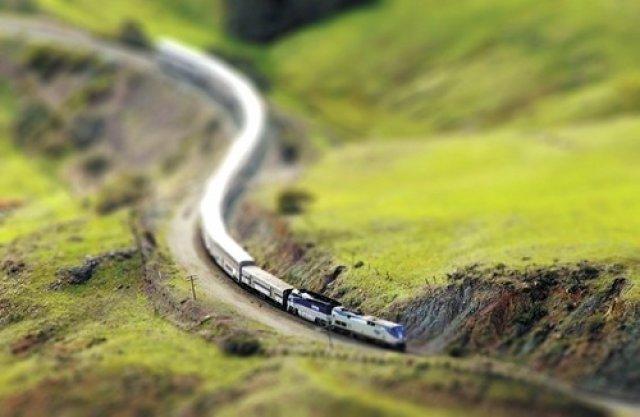 Поезд в Калифорнии, США. Tilt-Shift