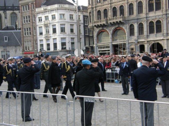 Её Высочество шествуют по площади к монументу