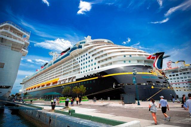 Лайнер в порту, Багамы