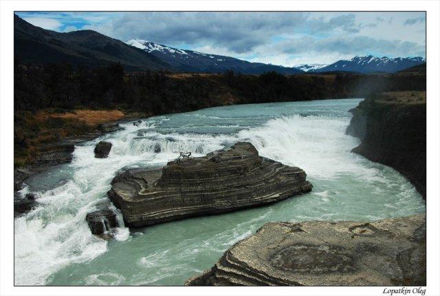 Небольшой водопад на реке Rio Paine