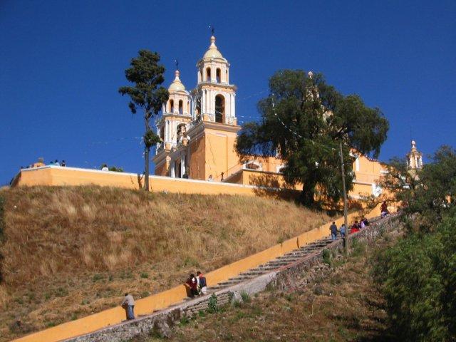 Церковь рядом с пирамидами в Чолуле, Мексика