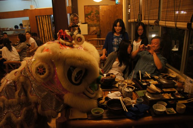 Лев делится мандаринами с гостями ресторана Unkaizan