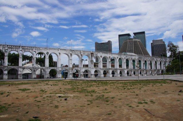 Старинный акведук Arcos de Lapa построен в середине XVIII века для подачи воды в Рио
