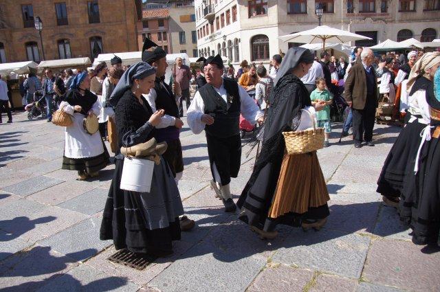 Местные жители в традиционных одеждах, Овьедо, Испания