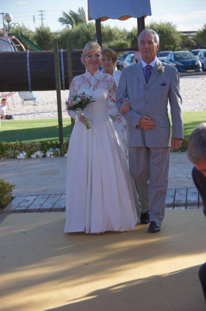 Невеста в сопровождении крестного отца