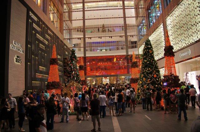 Красиво украшенный вход ТЦ Pavilion, Куала-Лумпур