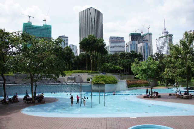 Парк около Башен Петронас, Куала-Лумпур