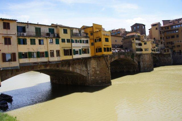 Понте-Веккьо - самый древний мост Флоренции и единственный, сохранивший свой первоначальный облик