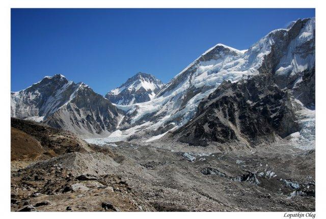 Вид на ледник Khumbu и вершины слева-направо:  Kumbutse 6665m ; Changtse (in China) 7750m ; Everest 8848m