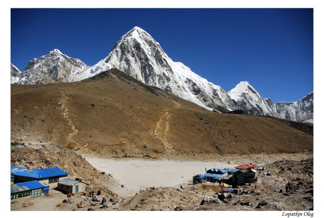 Вид на Kala Pattar и Gorak Shep и вершину Pumo Ri