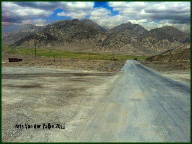 Безлюдная трасса на Иркештам (в Киргизию)