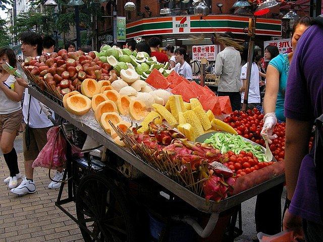 Очищенные фрукты на улицах Тайбэй, Тайвань