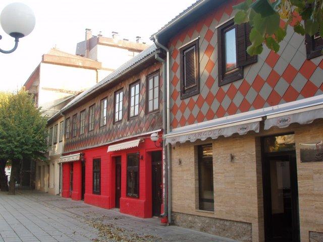 Старые здания главной улицы города Колашин, Черногория