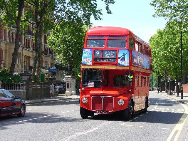 Туристический автобус на улицах Лондона, Великобритания