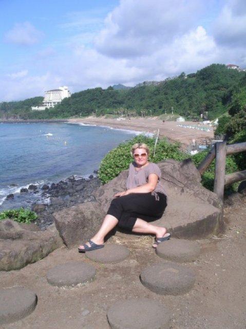 На горизонте наш отель Хайят Редженси, пляж Юнмун.