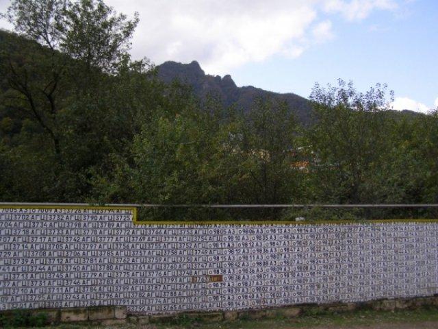 Забор из автомобильных номеров
