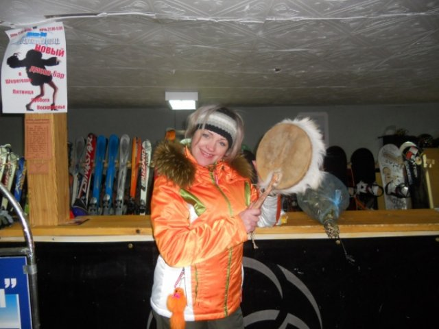Шорский бубен в сувенирном магазине Шерегеша, Россия