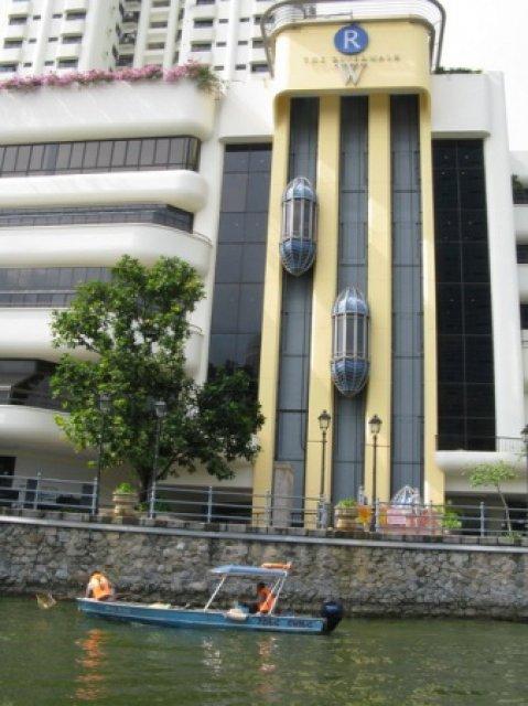 Очистка реки от мусора в Сингапуре